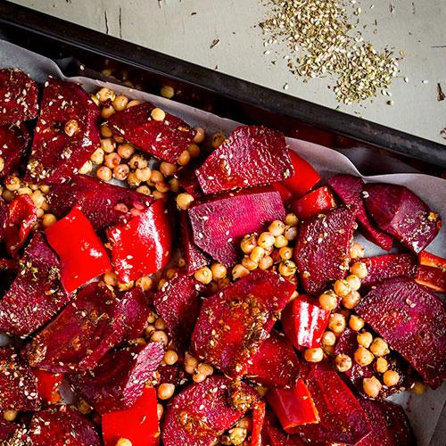 Pečená červená řepa se zátarem a cizrnou v pikantním jogurtu – recept krok 4